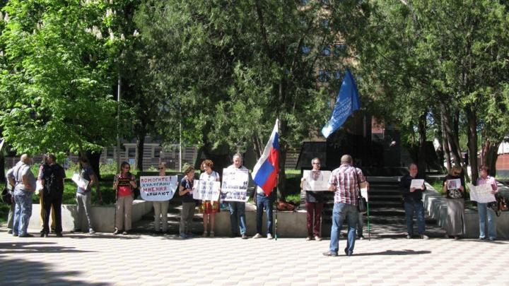 Драка на пикете оппозиционеров возникла из-за плаката
