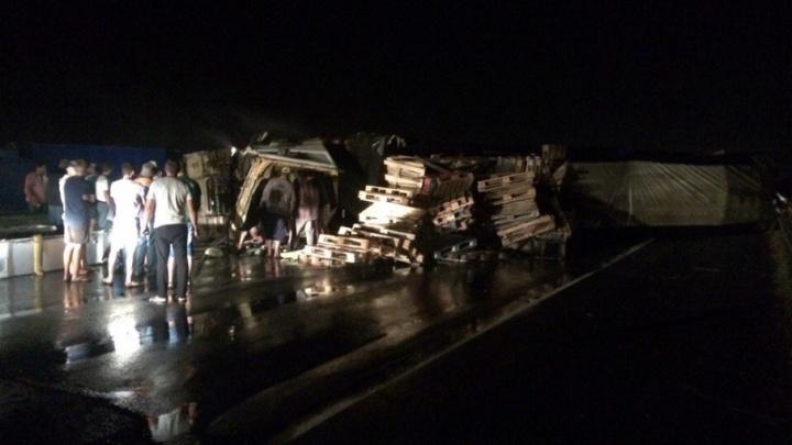 Перевернувшийся грузовик с прицепом перекрыл трассу Волгоград–Москва