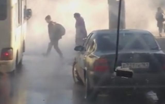 В Ростове на Нагибина прорвало теплотрассу: дорогу заволокло густым туманом