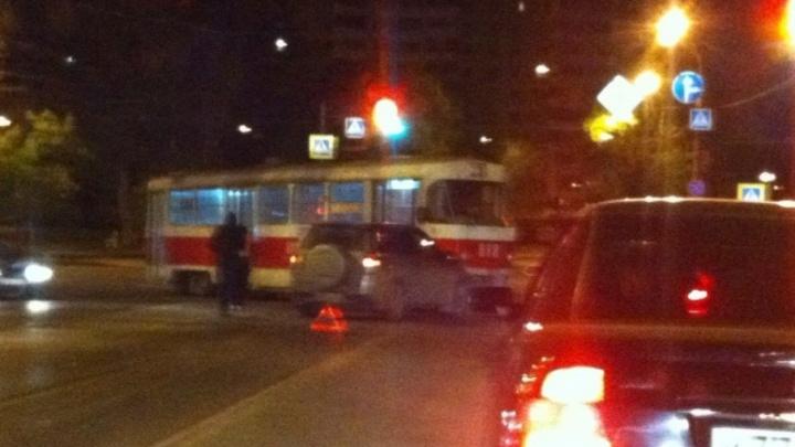 Сошел с рельсов: в Самаре трамвай протаранил «Сузуки Витара»