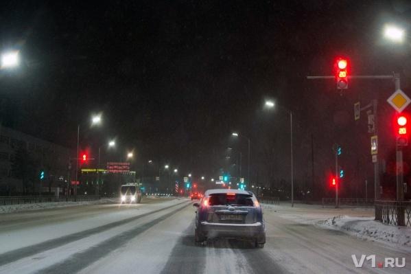 Коммунальщики трудились на дорогах весь день, у снега были свои планы