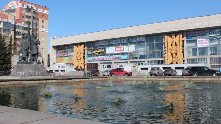 «Ситуация невыносимая»: кто виноват в зеленой воде в «фонтане» рядом со Дворцом спорта