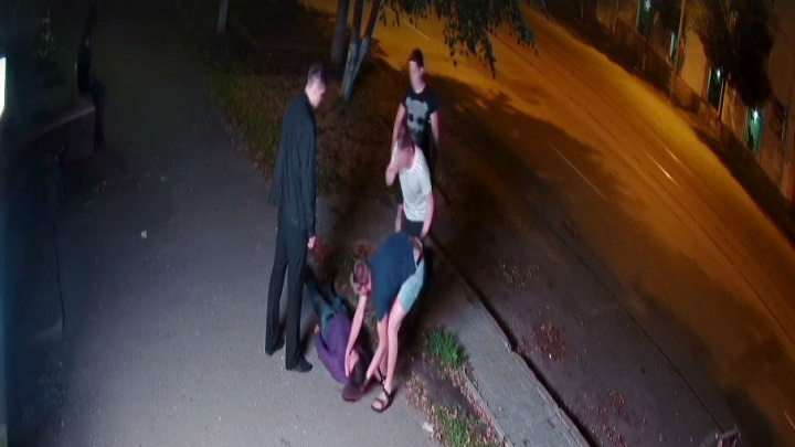 Ночная драка возле бара в центре Челябинска попала на видео