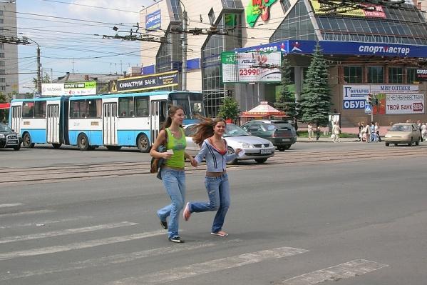 В центре Челябинска демонтируют рекламу и старые остановочные комплексы