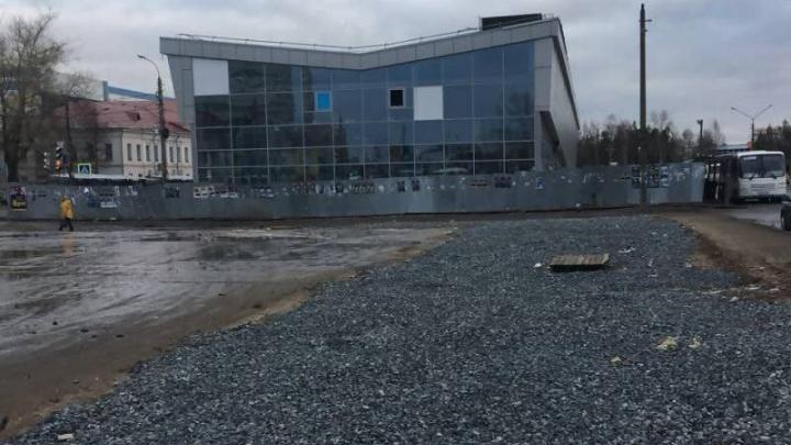 Администрация Архангельска накажет застройщика терминала МРВ за незакрытые колодцы и ямы на асфальте