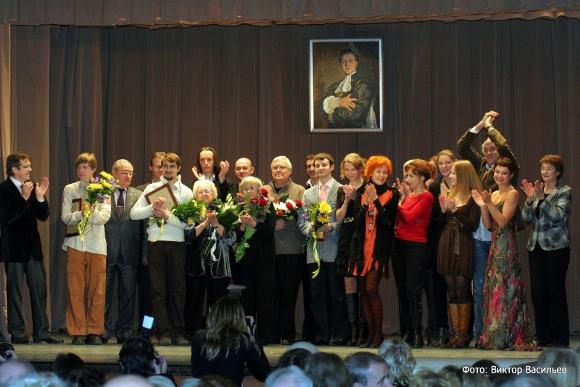 Традиционная фотография всех лауреатов у портрета Владислава Стржельчика и традиционные аплодисменты кумиру