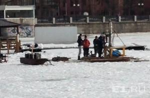На льду заметили рабочих.