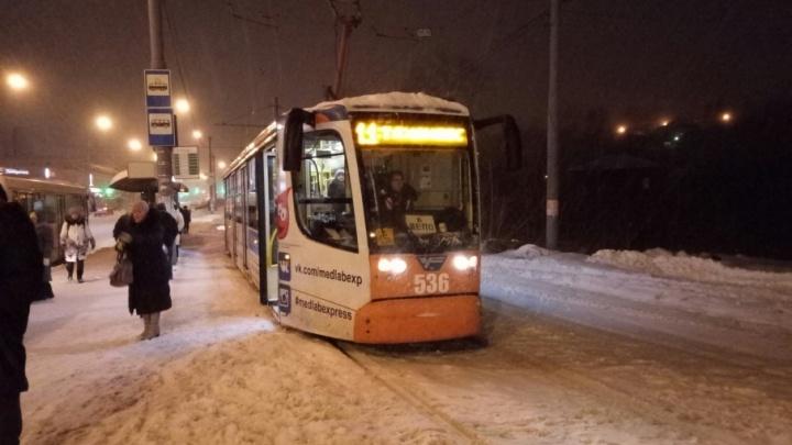 Сломался вагон: в Перми у цирка встали трамваи