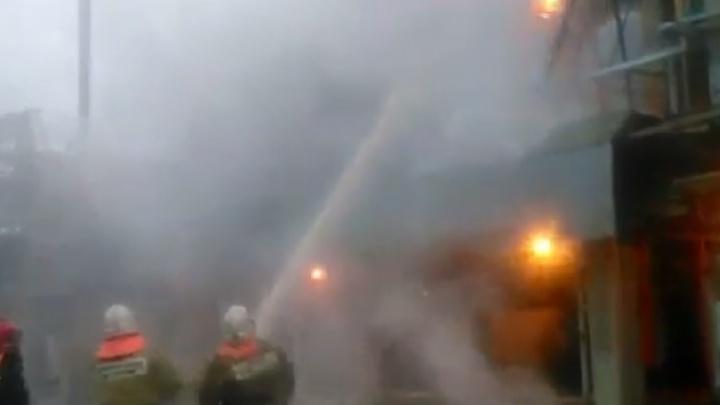 Появилось видео, как тушат пожар на ярославском НПЗ