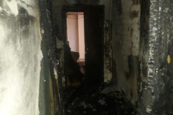 Несколько этажей дома оказались закопчены, сгорела проводка
