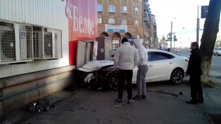 Авария с Mazda, влетевшей в «Красное&Белое», попала на видео