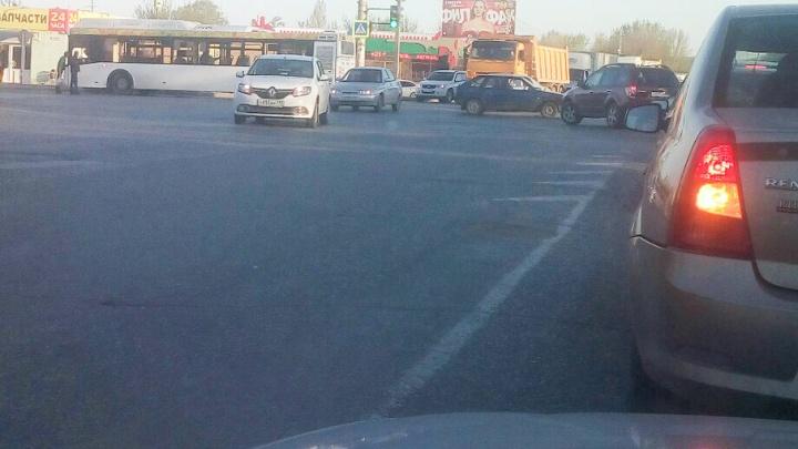Автобус «Питеравто» попал в аварию в Кировском районе Волгограда