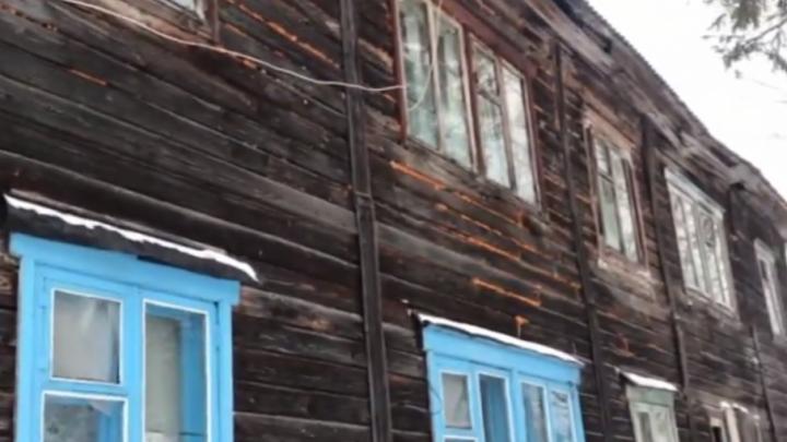 «Этой зимой может рухнуть»: две семьи в поселке Щучье Озеро второй год живут в доме на подпорках