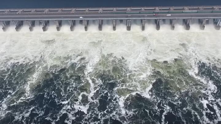Волгоградцам показали сброс воды на Волжской ГЭС с высоты птичьего полета