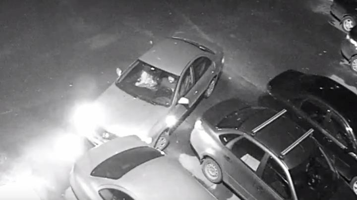 Странный водитель, устроивший ДТП, попал под камеры видеонаблюдения
