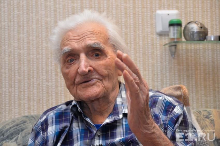 В Свердловской области Александру Герасимовичу сделали операцию на глаза, и теперь он лучше видит.