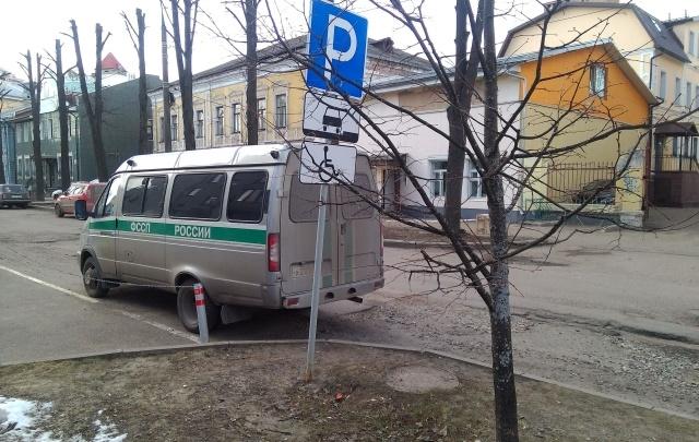 Ярославцы обвинили приставов в парковке на местах для инвалидов: фото