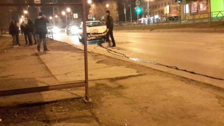 «Гоняют по ночам»: в Самаре на перекрестке столкнулись два легковых автомобиля
