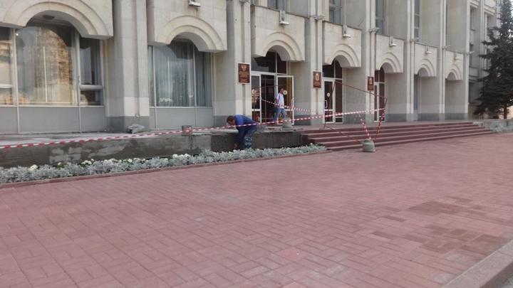 У здания правительства покраснел тротуар