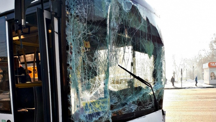 В Самаре грузовая «Газель» врезалась в пассажирский автобус