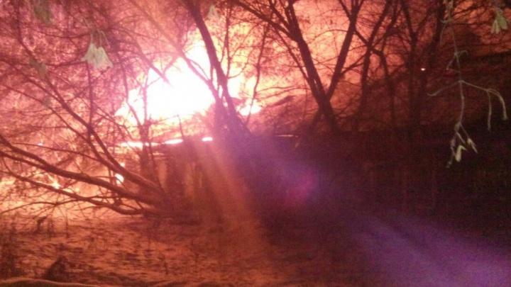 Лесобаза снова горит: ночью в Тюмени полыхал частный дом