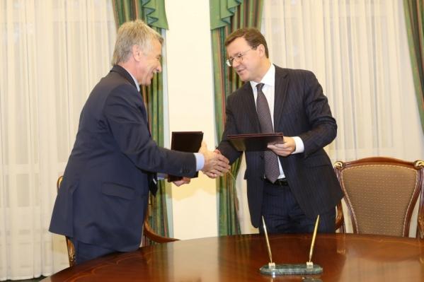 Леонид Михельсон (слева) и сейчас помогает региону деньгами