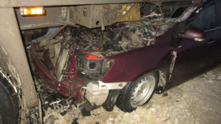 Китайская легковушка влетела под фуру: водитель попал в больницу
