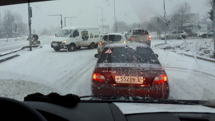 В Волгограде аварии на скользких дорогах собирают утренние пробки