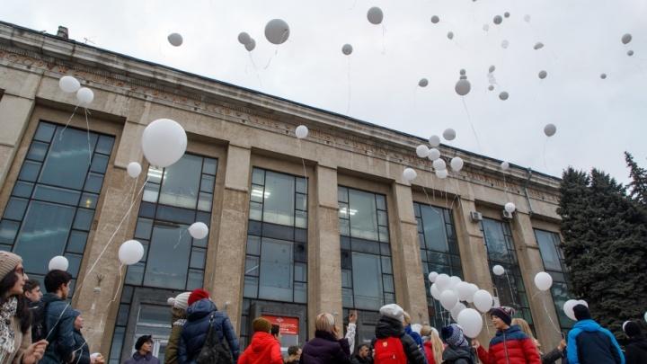 Волгоградцы выпустили в небо белые шарики в память о погибших в Кемерово