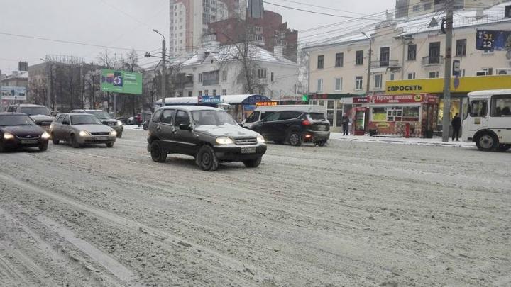 Больше 10 ДТП за час: в субботу из-за снегопада Челябинск встал в шестибалльных пробках