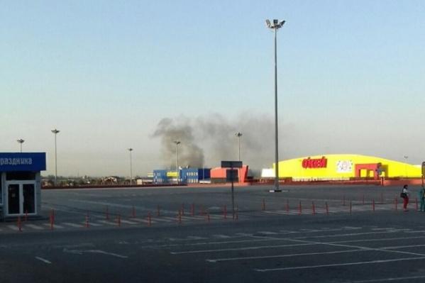 Огонь вспыхнул недалеко от торгового центра