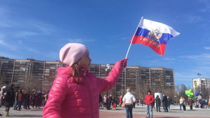 Красотки в национальных костюмах, лозунги за Путина и трезвость: смотрим, как Тюмень отметила День труда