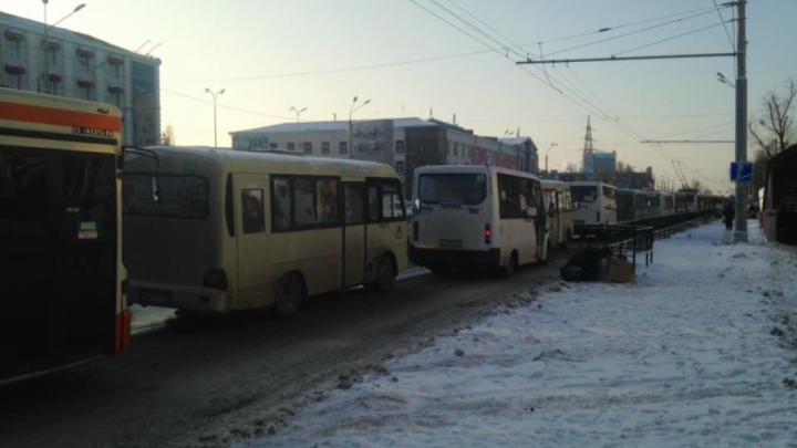 Пробка на Нагибина заставила ростовчан покинуть транспорт и идти пешком