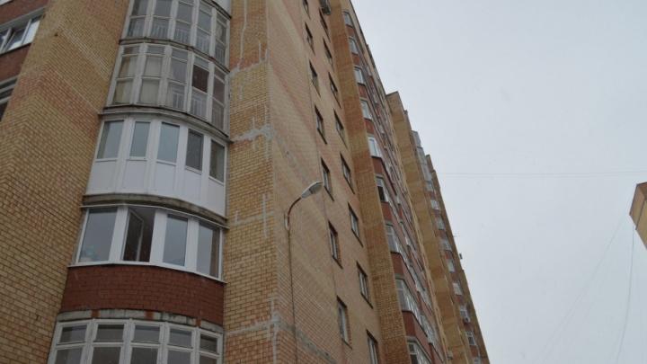В Закамске рядом с многоэтажкой нашли тело 17-летней девушки