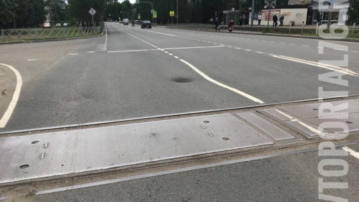 В Брагино проваливается дорога: в асфальте появились «лунные кратеры»