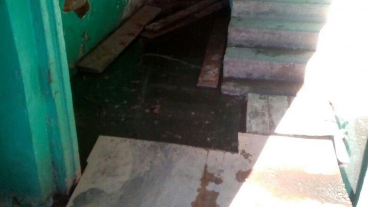 Жители дома в Красноармейском районе третью неделю тонут в нечистотах