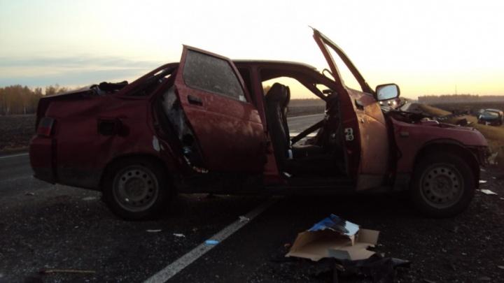 На трассе Тюмень — Омск столкнулись две легковушки и грузовик, погиб человек