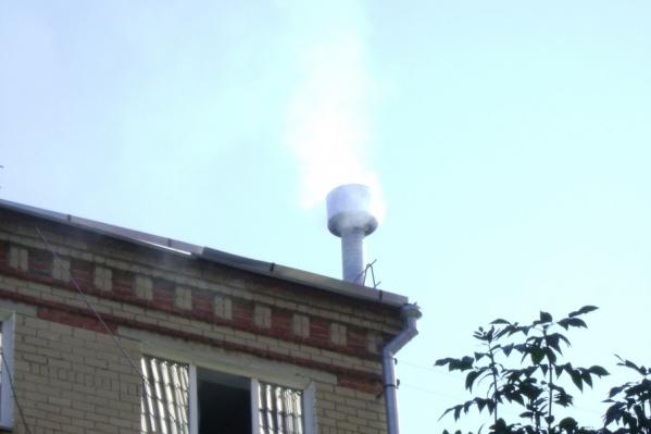 Из-за дымохода от шашлычной на первом этаже страдают жители последнего этажа пятиэтажки