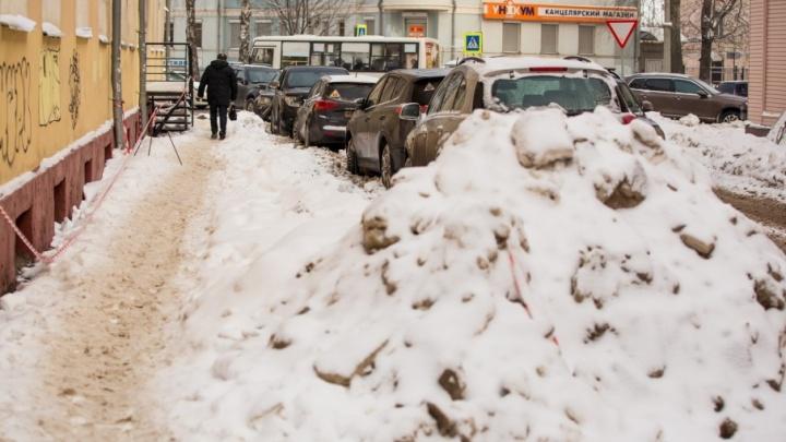 Проигнорировали требование мэрии: ярославские коммунальщики оставили горы снега и сосульки