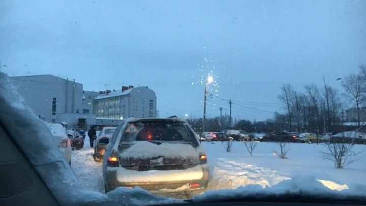 Целый микрорайон в Ярославле встал в утреннюю пробку