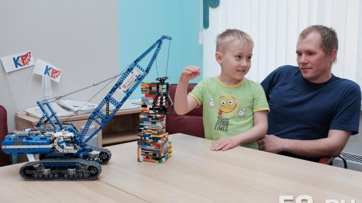 Увлекся познавательными передачами: семилетний пермяк сам изобретает и программирует роботов