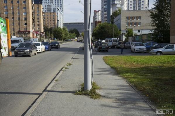 На этой улице заменят асфальт на тротуарах, бордюры, люки и газоны.