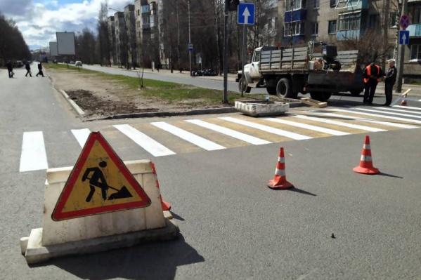 У рабочих уходит около двух часов на обновление одного пешеходного перехода