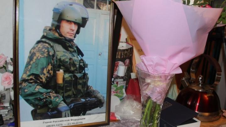 Росгвардейцы почтили память тюменца, спасшего десятки людей во время теракта в Дагестане