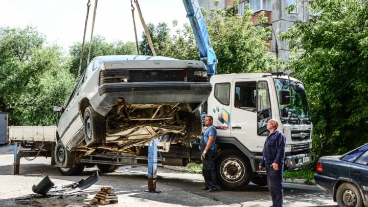 Челябинские дворы избавили от полусотни машин-брошенок