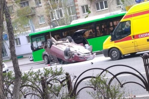 Во время маневра автомобилистка зацепила автомобиль, двигавшийся в попутном направлении