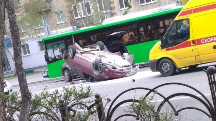 19-летняя тюменка на Daewoo Nexia неудачно перестроилась и опрокинула свой автомобиль на крышу