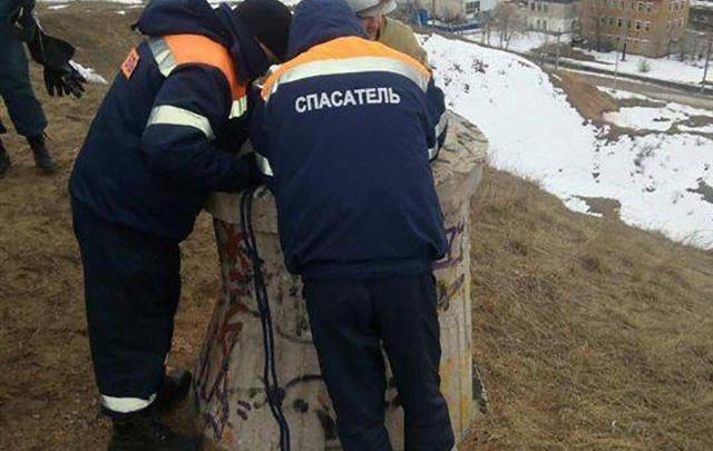 В Тольятти двое подростков провалились в колодец