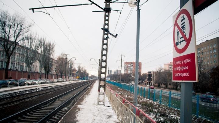 Попал под поезд: в Ростове громкая музыка в наушниках стала причиной гибели 19-летнего парня