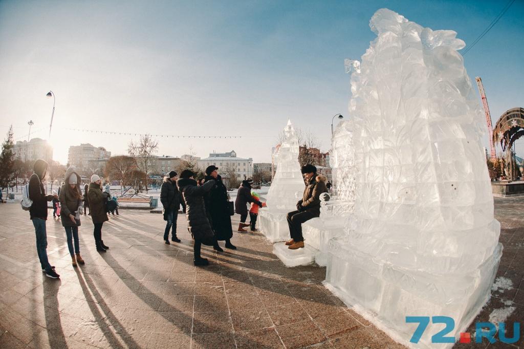Рядом — ледяные Дед Мороз и Снегурка, с которыми нужно фотографироваться